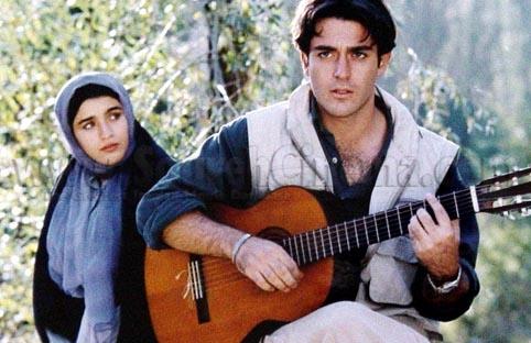 عکس محمدرضا گلزار در حال گیتار زدن